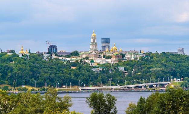 Klasztor prawosławny ławra w kijowie. widok z mostu paton. ukraina