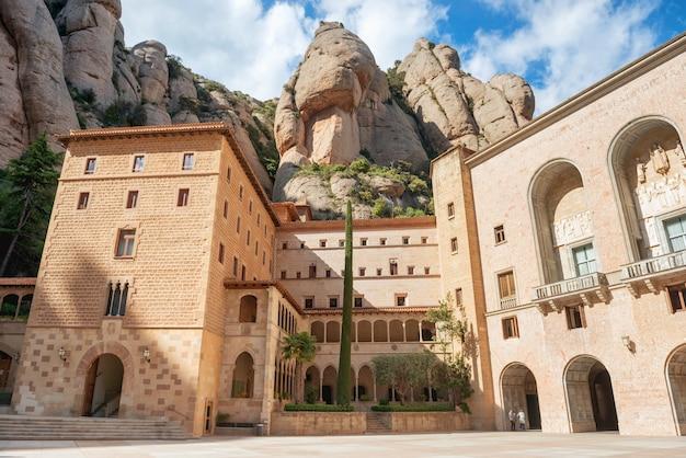 Klasztor santa maria de montserrat to opactwo benedyktynów położone na górze w pobliżu barcelony, katalonia, hiszpania