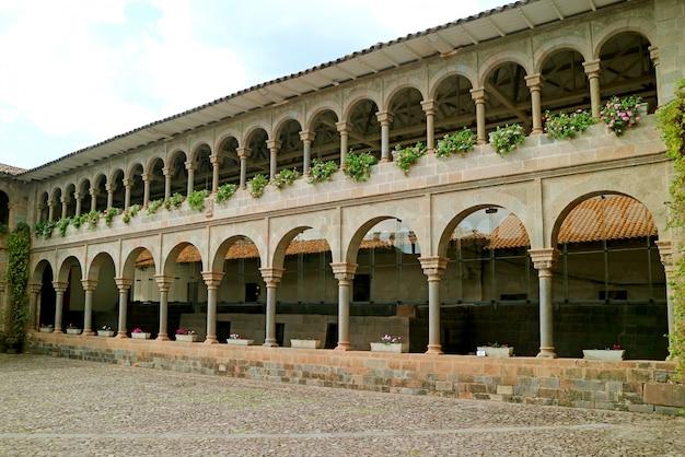 Klasztor santo domingo w wykopaliskach archeologicznych w qoricancha, cusco, peru, ameryka południowa