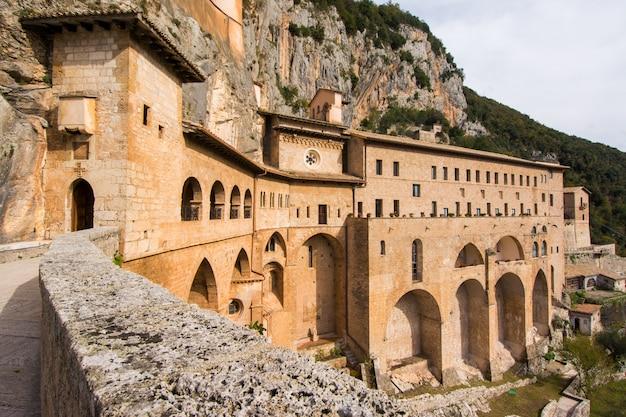 Klasztor świętej jaskini świętego benedykta w subiaco, w prowincji rzym, lacjum, włochy.
