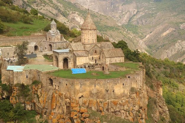 Klasztor tatev znajduje się na dużym płaskowyżu bazaltowym w prowincji syunik w armenii południowej