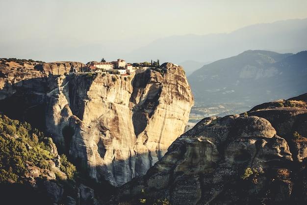 Klasztory meteory w grecji w wysokich górach na zachodzie słońca, tło