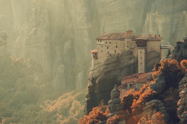 Klasztory meteory w grecji w wysokich górach na zachodzie słońca