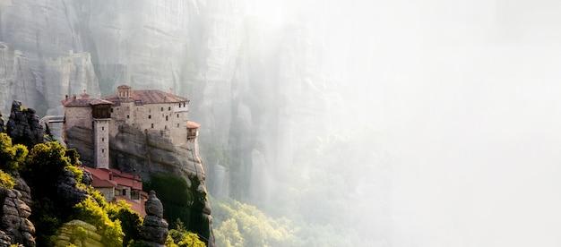 Klasztory meteory w grecji w wysokich górach, o zachodzie słońca
