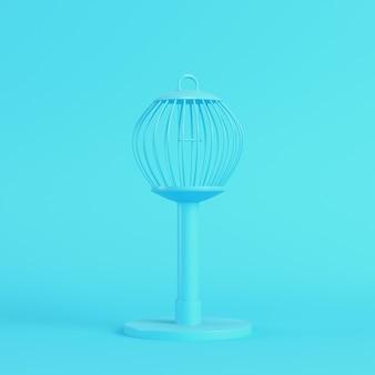 Klatka dla ptaków na jasnoniebieskim tle w pastelowych kolorach