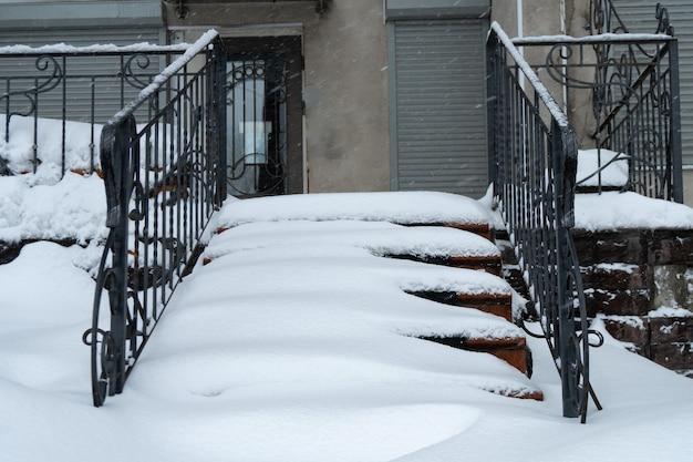 Klatka schodowa pokryta śniegiem po wielkiej burzy śnieżnej