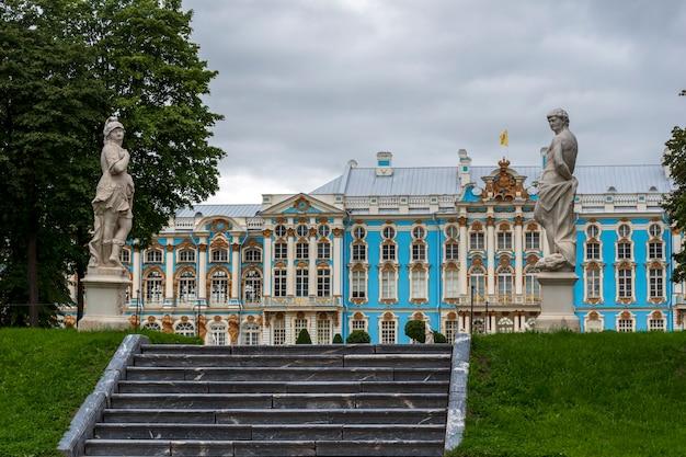 Klatka schodowa, posągi herkulesa i alegoria męstwa wojskowego oraz pałac cesarski na tle