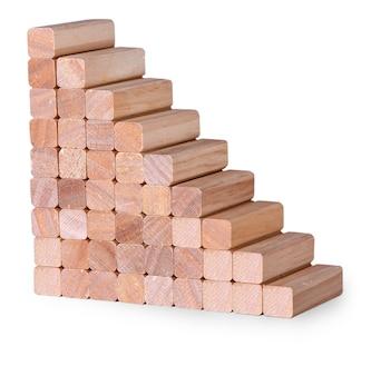 Klatka schodowa wykonana z drewnianych kołków na białym tle.