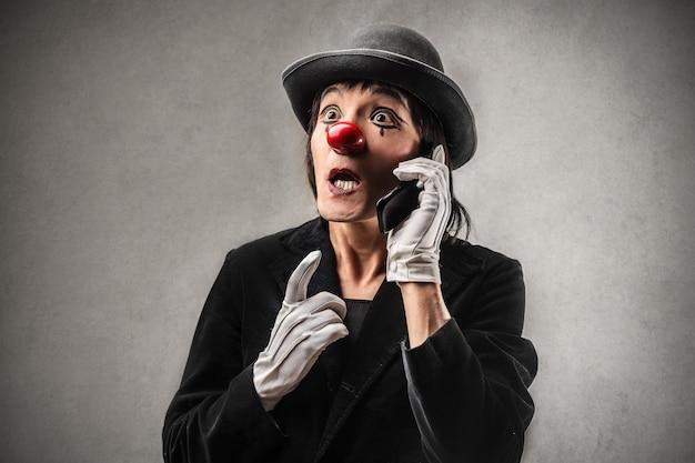 Klaun rozmawia przez telefon
