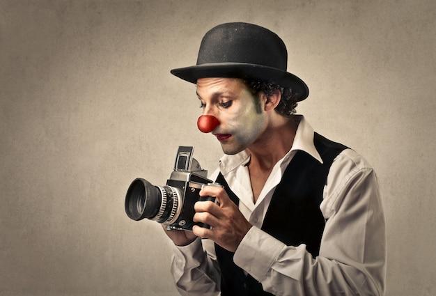 Klaun za pomocą starego aparatu