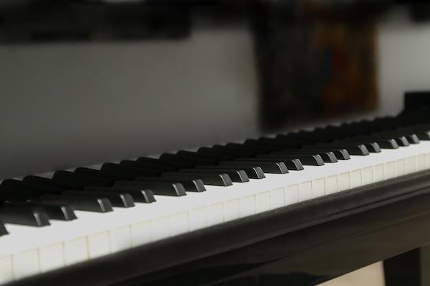 Klawiatura czarnego fortepianu z bliska koncepcja edukacji pianisty plakat lekcji gry na fortepianie instrument muzyki jazzowej