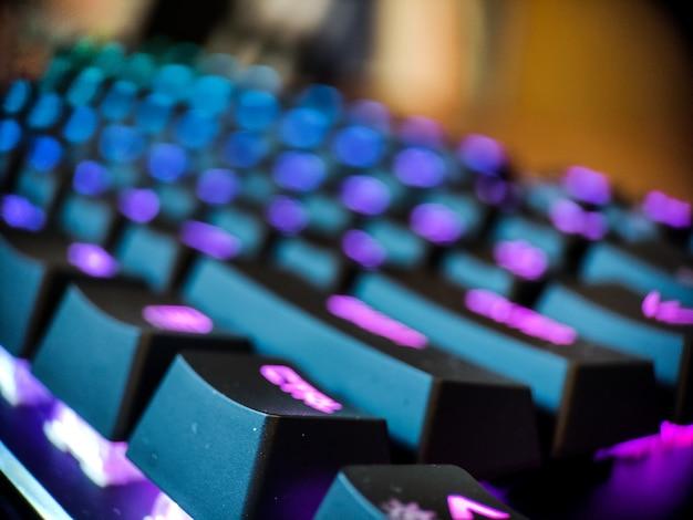 Klawiatura dla graczy z neonowym podświetleniem makro nieostre z bliska. gry online i tło koncepcji wirtualnej rzeczywistości. zdjęcie wysokiej jakości
