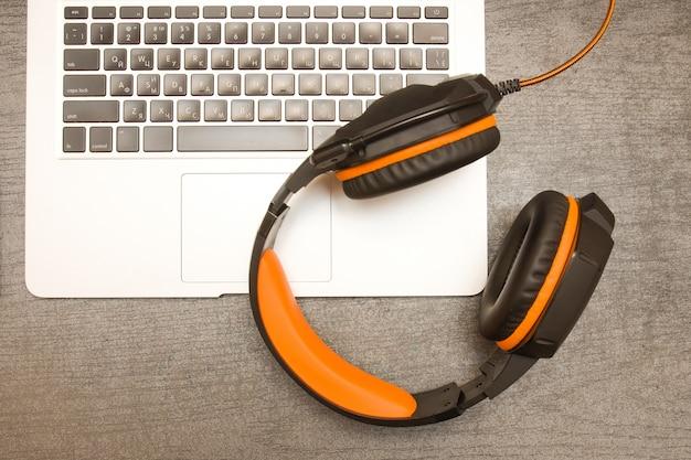 Klawiatura do laptopa i słuchawki