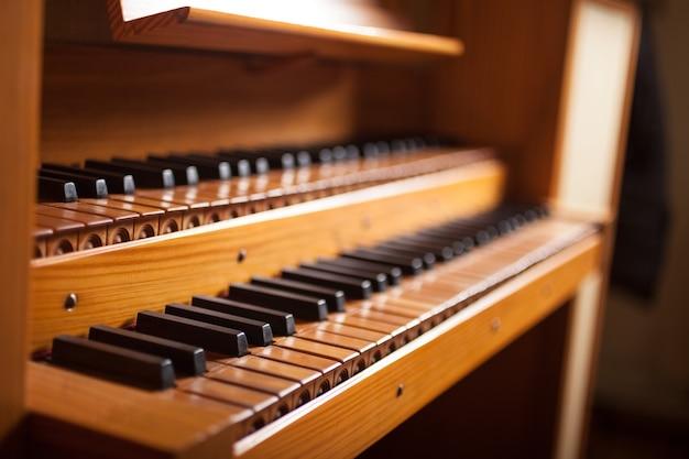 Klawiatura drewniany stary kościelny organ, płytka głębia pole