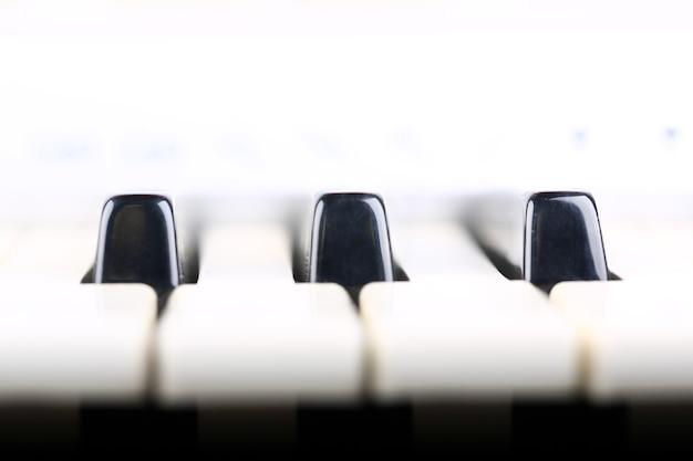 Klawiatura fortepianowa w delikatnym powietrzu muzycznego tła w stylu retro, selektywna nieostrość
