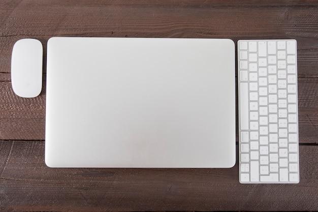 Klawiatura i mysz w pobliżu laptopa