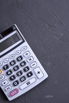 Klawiatura kalkulatora na betonowej podłodze