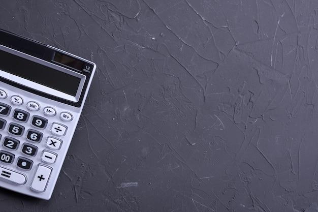 Klawiatura kalkulatora na betonowym tle podłogi. widok z góry. skopiuj miejsce.