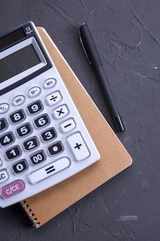 Klawiatura kalkulatora na betonowym tle podłogi