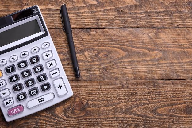 Klawiatura kalkulatora na drewnianej podłodze