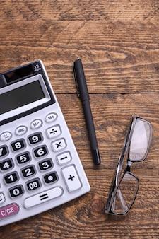 Klawiatura kalkulatora na drewnianej powierzchni podłogi