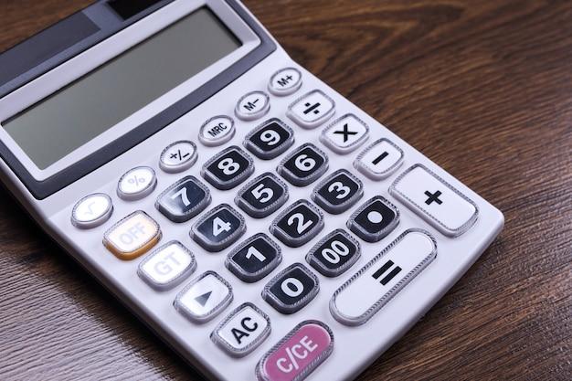 Klawiatura kalkulatora na drewnianym stole podłogowym. widok z góry. skopiuj miejsce