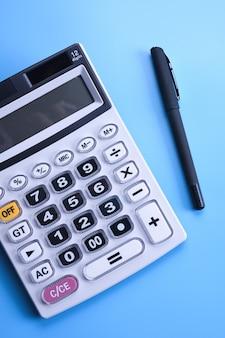 Klawiatura kalkulatora na niebieskim stole. widok z góry. skopiuj miejsce