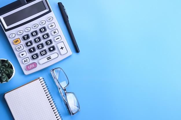 Klawiatura kalkulatora na niebiesko