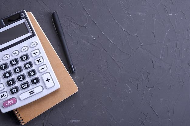 Klawiatura kalkulatora na stole. widok z góry. skopiuj miejsce