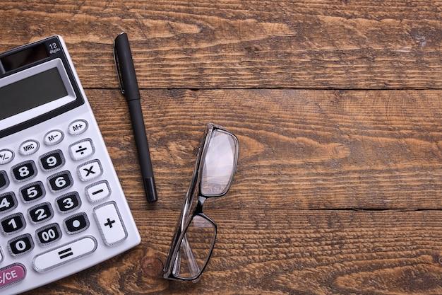 Klawiatura kalkulatora na tle drewnianej podłogi