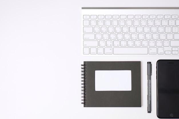 Klawiatura, kawa, długopis, notatnik, notatnik