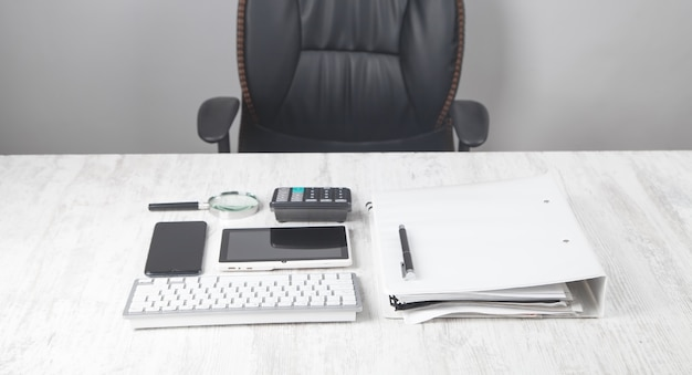 Klawiatura komputerowa, długopis, kalkulator, dokument na biurku.
