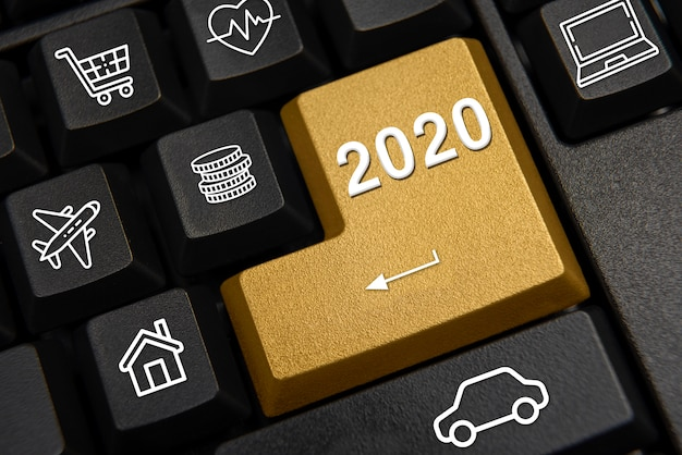 Klawiatura komputerowa i koncepcja życzeń noworocznych 2020.