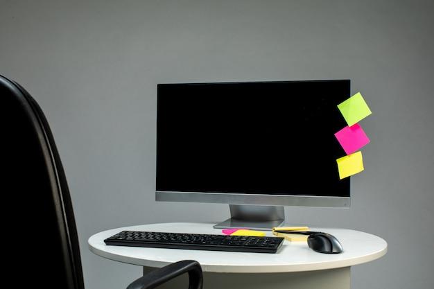 Klawiatura komputerowa i mysz na stole