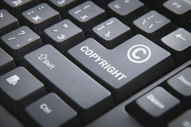Klawiatura komputerowa z napisem copyright.