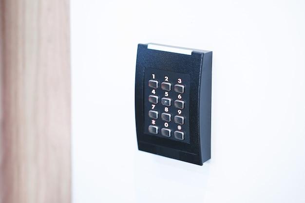 Klawiatura kontroli dostępu do drzwi z czytnikiem kart.