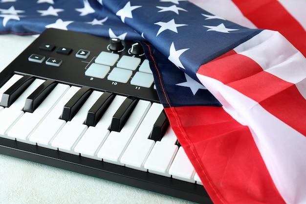 Klawiatura midi i amerykańska flaga na białym tle z teksturą
