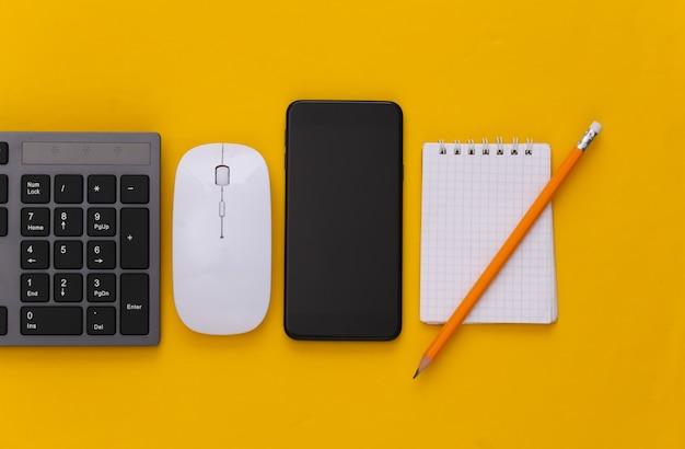 Klawiatura pc z myszką pc, smartfonem, notebookiem na żółto