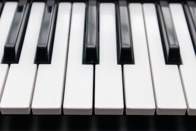 Klawiatura syntezatorowa z czarno-białymi klawiszami.