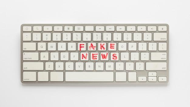Klawiatura z fałszywymi wiadomościami