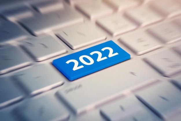 Klawiatura z tekstem 2022. kolorowy przycisk na szaro-srebrnej klawiaturze nowoczesnego ultrabooka. napis na przycisku.