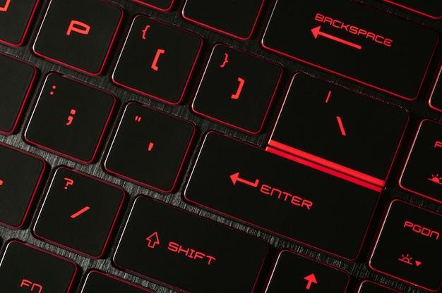 Klawisz enter czerwone podświetlenie podświetlane na laptopach do gier komputer w ciemności zbliżenie