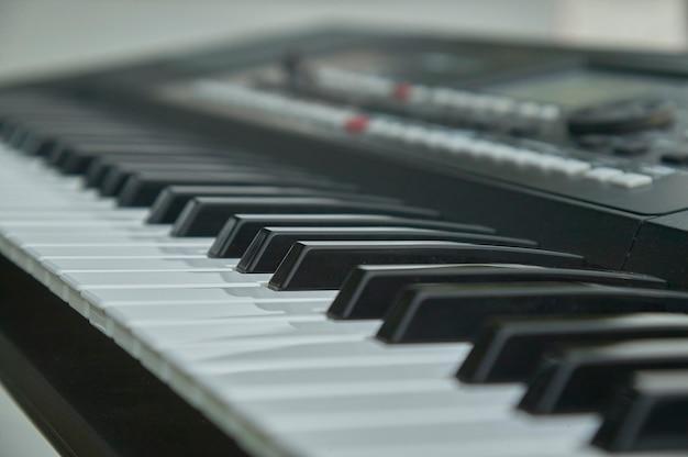 Klawisze elektronicznej klawiatury podczas grania na koncercie