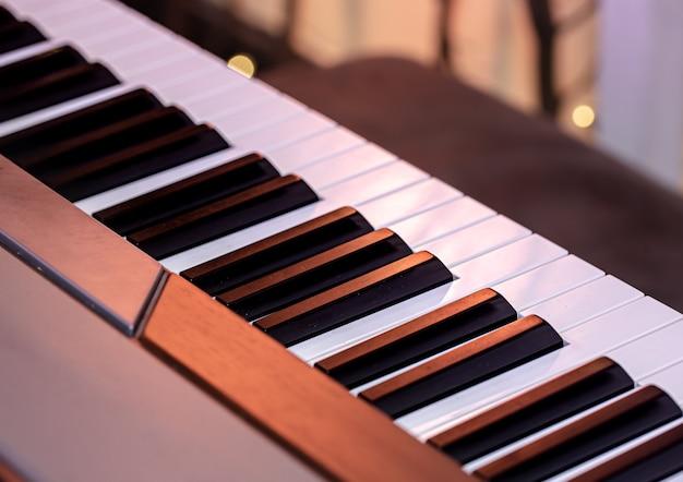 Klawisze fortepianu na pięknej kolorowej ścianie z bliska.