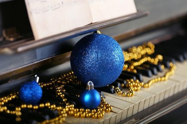 Klawisze fortepianu ozdobione świątecznymi dekoracjami, z bliska