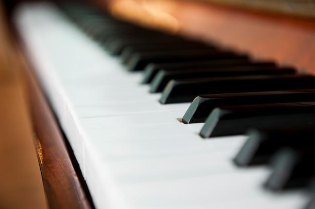 Klawisze fortepianu są duże z rozmytym tłem