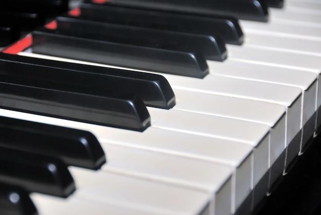 Klawisze fortepianu w kolorze hebanu i kości słoniowej. zamknij się z płytką ostrością