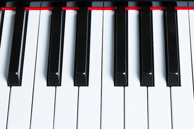 Klawisze fortepianu, widok z boku narzędzia muzycznego instrumentu.