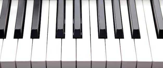 Klawisze fortepianu widziane z góry, czarno-biała koncepcja