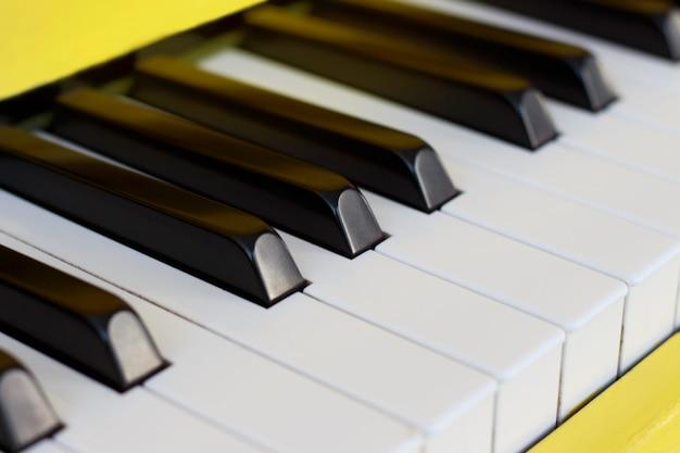 Klawisze fortepianu z bliska, widok z boku